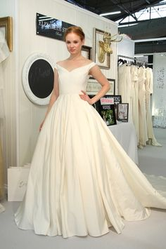 This Elizabeth Stuart wedding dress is perfect for a classic bride! (Photo: Robert Mitra)