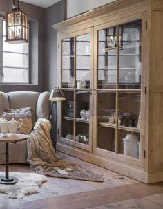 salon rustique avec une ambiance cocooning, meuble en bois, murs gris