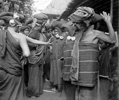 Here are a few historical photographs - from my digital archives, showing how the Karo Batak women of North Sumatra wore their Padung-Padung ear-we… Ethnic Diversity, Unity In Diversity, Massive Attack, Dutch East Indies, King Of Kings, Black N White, Ethnic Jewelry, Old Pictures, Historical Photos