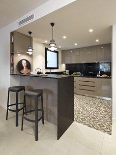 Molins Interiors // arquitectura interior - interiorismo - decoración - salón - comedor - cocina - barra - taburete - porcelanico - hidraulico