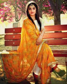 chunni and color Punjabi Fashion, India Fashion, Suit Fashion, Fashion Outfits, Patiala Suit Designs, Salwar Designs, Blouse Designs, Punjabi Girls, Punjabi Dress
