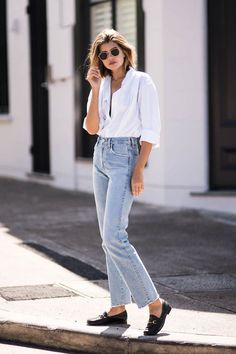 17 Simple Denim Outfits You Can Copy Now - Loafers Outfit - Ideas of Loafers Outfit - Simple everyday denim outfit. Blue jeans with white shirt and Gucci loafers Outfit Loafers, Socks Outfit, Outfit Jeans, Loafers For Women Outfit, Loafers Women, Easy Style, Style Désinvolte Chic, Style Casual, Inspired Outfits