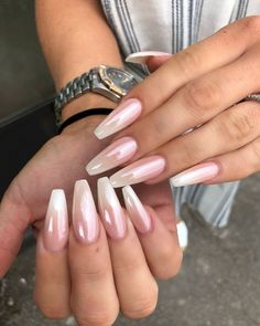False nails have the advantage of offering a manicure worthy of the most advanced backstage and to hold longer than a simple nail polish. The problem is how to remove them without damaging your nails. Coffin Nails Ombre, Red Nails, Hair And Nails, Acrylic Nails, Oval Nails, Cute Spring Nails, Spring Nail Colors, Summer Toenails, White Chrome Nails