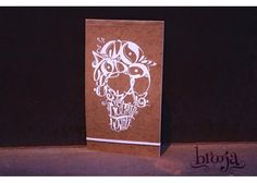 Sketchbook Visto Vinil de  Autor: Mr. Letal Formato: 17x30 cm  72 hojas  Papel bond ahuesado 90 gr Pasta blanda papel kraft sena. Pide el tuyo en: https://www.kichink.com/stores/brooja