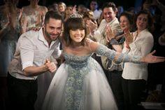 Lucas Anderi e a atriz Maria CasadeVall no fim do desfile do estilista no CasaModa Noivas 2014.