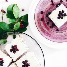 """OLD BUT GOLD // Freitaaaaag! Es ist fast Wochenende! Heute noch einmal durchpowern dann ist Zeit für Entspannung (als ob ich Hibbel mich jemals entspannen könnte  #träumendarfmanja). Habt ihr schon was Schönes geplant für die Wochenendtage? Wie wär's mit leckeren Butterkeks-Schnitten als kulinarisches Highlight? Das Rezept findet ihr auf http://ift.tt/1XC1mwK #linkinbio (sucht einfach nach """"Butterkeks""""). Fröhliches Mampfen!   #alittlefashion #lifestyle #blogazine #recipe #recipeoftheday…"""
