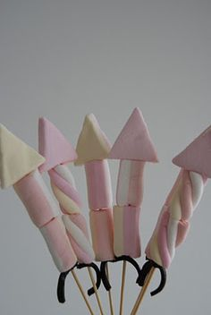 Marshmallow rocket kebabs - yummy Bonfire Night treat or August bank holiday fireworks , camp fire treats for the kids to make Bonfire Night Treats, Bonfire Cake, Bonfire Night Food, Bonfire Night Party Decorations, Bonfire Night Wedding, Table Decorations, Guy Fawkes Night, Fireworks Craft, New Years Eve Food