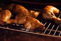 Die Backzeit für die Hähnchenschenkel sollte eingehalten werden damit das Fleisch gar aber nicht trocken wird.
