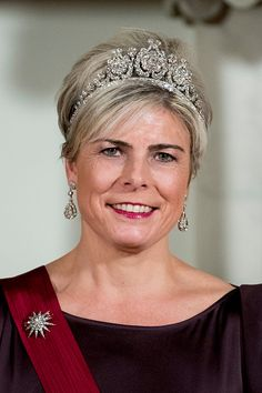 Princess Laurentien of the Netherlands The Princess kept it classic in a sparkling headpiece created in 1890 for Queen Emma. She complimented the tiara with diamond chandelier earrings and the diamond star that represents the family. Royal Crowns, Royal Tiaras, Tiaras And Crowns, Beauty And Fashion, Royal Fashion, Manhattan, Dutch Princess, Elizabeth Ii, Diamond Chandelier Earrings