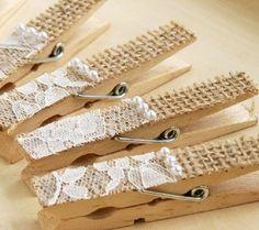 Ideal para usar en bodas, con arpillera, encaje y medias perlas.