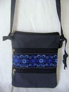 Pequena bolsa tiracolo feita em tecido. <br> <br>Medidas aproximadas: 16cm de largura e 20cm de altura.
