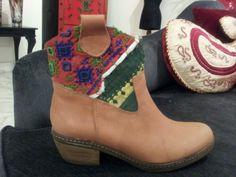 Botas texanas de cuero con tela de India.