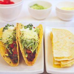 Tortilla's of taco's met gehakt, uit het kookboek 'Glutenvrij' van Robyn Russell. Kijk voor de bereidingswijze op okokorecepten.nl.