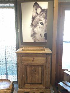 Décoration montagne, joli meuble en bois et tableau #loup sur www.lecoinmontagne.com #wood #design #wolf #mountain