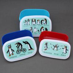 Lot 3 boites à goûter / déjeuner sans BPA Pingouins Tyrrell Katz. Pour le déjeuner ou le goûter, à l'école, à la crèche, chez la nounou. Couvercles hermétiques. 3 Boites repas gigognes. Compatibles congélateur, micro-onde et lave-vaisselle. http://www.lilooka.com/dehors/gourdes-et-boites-enfants-sans-bpa/lot-3-boites-a-gouter-ou-dejeuner-enfants-sans-bpa-pingouins-tyrrell-katz-1.html