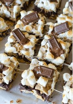the campfire inside with these S'mores brownies! Make them for your next Bring the campfire inside with these S'mores brownies! -Bring the campfire inside with these S'mores brownies! Desserts For A Crowd, Easy Desserts, Delicious Desserts, Yummy Food, Bbq Food For A Crowd, Simple Dessert Recipes, French Desserts, Smores Brownies, Smores Cake