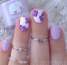 Base lila para las uñas sencillas y base blanca para las que llevan decoración de flor en color lila...