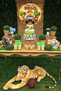Fazer painel de esteira de bambuzinho e muro inglês Safari Theme Birthday, Jungle Theme Parties, Lion King Birthday, 1st Birthday Themes, Wild One Birthday Party, Baby Boy 1st Birthday, Safari Party, Animal Birthday, 1st Birthday Parties