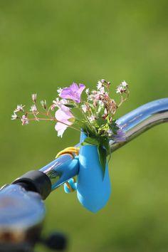 Fietsvaas voor op je fiets met gekleurde elastische binder.