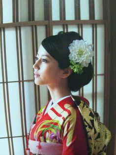 Japanese actress Maki Horikita 堀北真希 和装ヘア Wedding Headdress, Hairdo Wedding, Dress Hairstyles, Bride Hairstyles, Furisode Kimono, Yukata, Prity Girl, Traditional Hairstyle, Wedding Kimono