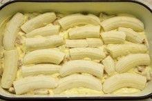 U lim za kolače izliti polovicu smjese, složiti banane. Sweet Recipes, Snack Recipes, Dessert Recipes, Cooking Recipes, Italian Desserts, Easy Desserts, Sweet Cakes, Pavlova, No Bake Cookies