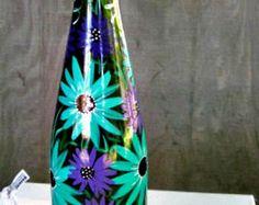 Pintado a mano de luz, noche, botella de vino botella de vino, botella de vino verde con flores púrpura y Teal