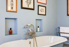 Azzurro pastello per la stanza da bagno, con vasta in stile retrò e pratiche nicchie porta tutto