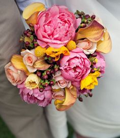 love this color combo, reminds me of peaches and mangos! #flowers #bouquet