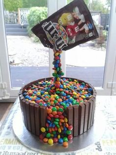 M&Ms gravity cake … Crazy Cakes, Fancy Cakes, Beautiful Cakes, Amazing Cakes, Gravity Defying Cake, Anti Gravity Cakes, Novelty Cakes, Drip Cakes, Occasion Cakes