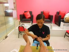 In case you happen to live somewhere in Mactan island and you want to try out a chic and quiet place for a mani pedi spa, there's a WonderNails franchise in Gaisano Grand Cordova. From the outside you will be greeted with a pleasant pink and white modern minimalist interiors with uber-comfy single couch for each customer.