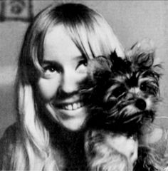 "By the end of 1967 the first singles in Sweden, Agnetha. This includes the two songs recorded by the band Sven-Olof Walldoffs Jag var så kär """" and ""Följ med mig"". The Topplistan ""Jag var så kär"" peaked at # 1. ""I took pills to keep my nerves. His legs were shaking and I felt very stupid. Sven-Olof Walldoff was the conductor, and he helped me. When I heard the songs for the band I thought that dream. """