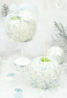 """Caramel apples aren't just for the Fall! These beautiful snowball white chocolate caramel apples will be a perfect gift for a friend this holiday season. Also a perfect party food for a """"Frozen"""" themed party. Noel Christmas, Christmas Goodies, Christmas Desserts, Christmas Treats, Christmas Baking, Holiday Treats, Holiday Recipes, Christmas Recipes, Christmas Presents"""