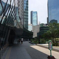 ベルサール新宿ロビー階の斜めになった外壁カーテンウォール独特のアプローチ空間になっている#bellesalle #shinjuku #tokyo