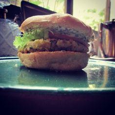 Hamburguesas picantes de garbanzos y papas. Salmon Burgers, Veggie Burgers, Balanced Meals, Albondigas, Vegan Vegetarian, Hamburger, Sandwiches, Vegan Recipes, Food Porn