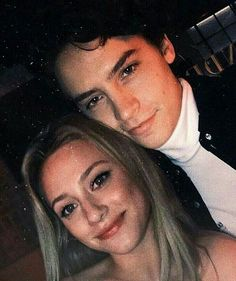 Lili Reinhart and Cole Sprouse Riverdale - Parchen Fotos Sprouse Cole, Cole Sprouse Jughead, Dylan Sprouse, Riverdale Poster, Bughead Riverdale, Riverdale Funny, Riverdale Memes, Lily Cole, Halloween Costume Couple