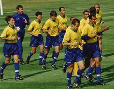 Olha o Doriva ali no canto esquerdo, ao lado de feras consagradas como Bebeto, Leonardo, Edmundo, Dunga, Denílson e Ronaldo