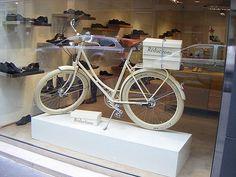 Nuestras #Retrovelo son bicis clásicas tan bonitas que las ponen en los escaparates de las zapaterias...  http://labicicleta.com.es/retrovelo