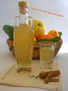 Honey liqueur with citrus and spices - Liquore al miele con agrumi e spezie Healthy Fruits, Healthy Drinks, Tea Cocktails, Beautiful Fruits, Liqueur, Limoncello, Italian Recipes, Alcoholic Drinks, Beverages