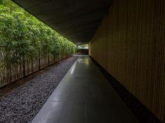 根津美術館/隈研吾。正面から入ると得意の(?)和風な素材の格子が。  東京のド真ん中から切り離してくれるようなアプローチ。ここは庭も広大で素晴らしい。