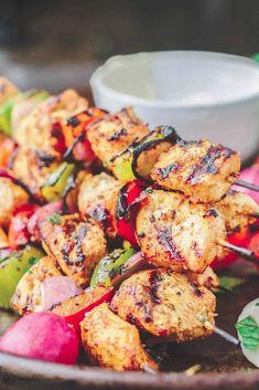 How To Make Mediterranean Grilled Chicken Kabobs Recipe Chicken Kabob Recipes, Grilled Fish Recipes, Grilled Chicken Skewers, Healthy Grilling Recipes, Quick Healthy Meals, Healthy Salad Recipes, Turkey Recipes, Healthy Food, Mediterranean Dishes
