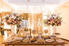 Mesa de doces com cortina de luzes