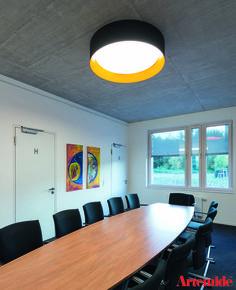 Die #Tagora mit ihrer gelben Innenumrahmung bietet gutes Licht und komplimentiert die Kunstgemälde an der Wand.