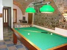 """Casa de pueblo """"Celler Tramuntana"""", Vilajuïga, Girona. En la planta baja dispone de una sala con mesa de billar de carambolas y un aseo."""