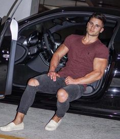 He spent all his cash on the car. Latest Mens Wear, Mens Trends, Herren Outfit, Muscular Men, Mens Activewear, Athletic Fashion, Trendy Clothes For Women, Attractive Men, Gym Men
