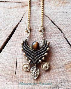 Macramé Raíces, colgante de piezas indias de bronce y piedrita ojo de tigre
