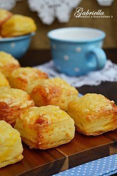 Gabriella kalandjai a konyhában :): Hajtogatott sajtos-túrós pogácsa