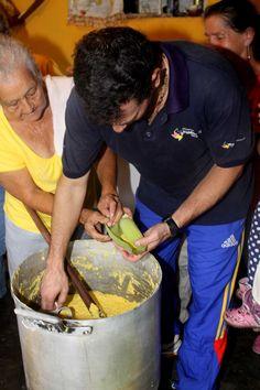 CAPRILES CELEBRÓ ANIVERSARIO DE SOCIEDAD DE LA VIRGEN DE LOURDES EN ARAIRA  Son muchos los usos del maíz, pero en especial uno destaca por su sabor y tradición: la cachapa. Con este exquisito plato los habitantes de Araira, en el municipio Zamora acostumbran a celebrar el  Aniversario de la Sociedad de la Virgen de Lourdes.