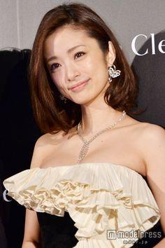 上戸彩、胸元セクシードレスで登場 総額1億円超ジュエリーでも魅了 の写真 - モデルプレス