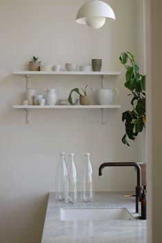 Med Quooker CUBE køleenhed slipper du for at købe flaskevand, da du kan tappe afkølet vand med og uden brus direkte fra hanen. Slut med at transportere plastikflasker hjem med flaskevand, som dernæst skal lægges på køl. Og som fylder i køleskabet. Og i miljøregnskabet! Real Kitchen, Home Decor Kitchen, Home Kitchens, Decor Interior Design, Interior Decorating, Minimalist Decor, Interior Inspiration, Home Furnishings, Decoration