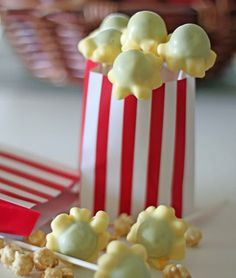 A Cupcake or Two: Popcorn Cake Pops. These are a great idea but it looks like they used the wrong color cake Popcorn Cake, Pop Popcorn, Oreo Popcorn, Popcorn Station, Sweet Popcorn, Yummy Treats, Sweet Treats, Healthy Treats, Do It Yourself Food